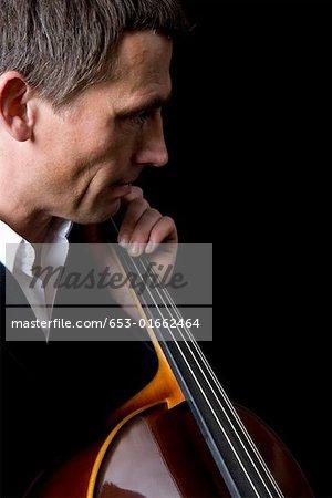 Man spielt ein cello