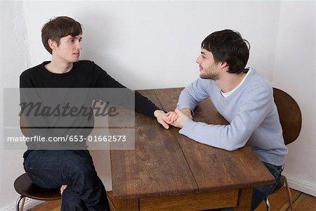Sexe gay sur le canapé