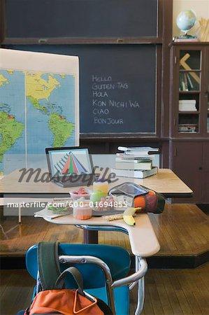 Déjeuner sur le bureau dans la salle de classe