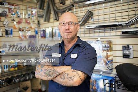 Mann im Motorrad-Shop