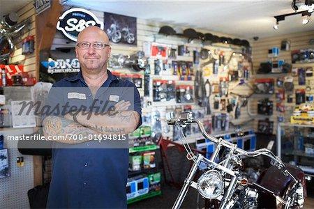 Mechaniker im Motorrad-Shop