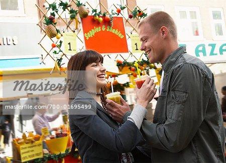Paar mit Getränken im Markt, Amsterdam, Niederlande