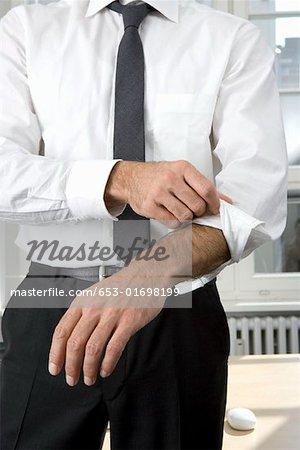 Un homme d'affaires retrousser ses manches