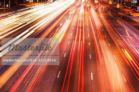 Lampes de voiture sur autoroute