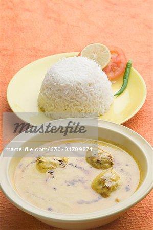Nahaufnahme der Reis auf eine Platte mit Kadi pakora