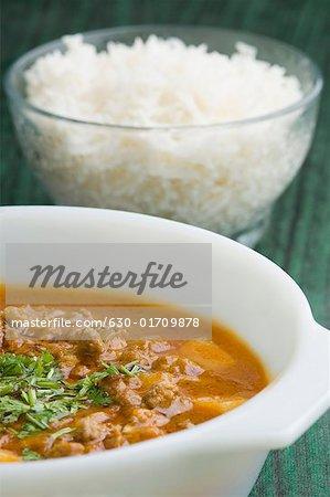 Nahaufnahme von Reis in eine Glasschüssel mit Kichererbsen-curry