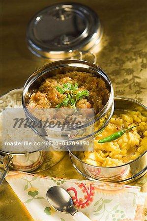 Nahaufnahme von einer offenen Tiffin mit verschiedenen indisches Essen