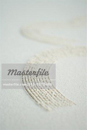 Modèle courbe tracée dans le sable, gros plan