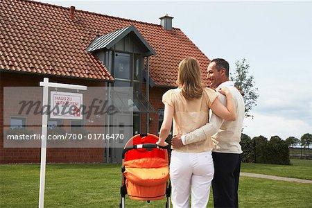 Paar Stand vor dem Haus