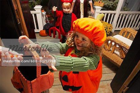 Porträt von Mädchen und anderen Kinder Trick oder Behandlung zu Halloween
