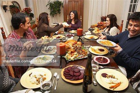 Famille ayant dîner de Thanksgiving
