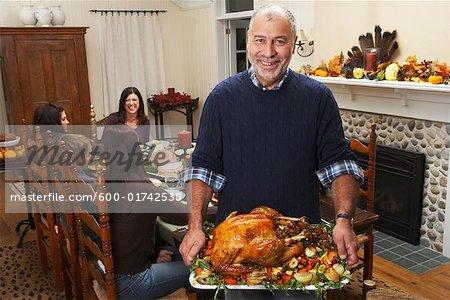 Man Holding Thanksgiving-Truthahn