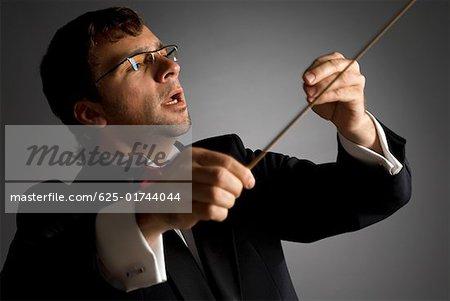 Gros plan d'un chef d'orchestre de musique spectacle