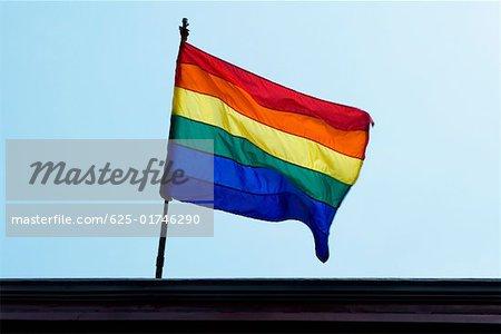 Vue angle faible sur un arc-en-ciel drapeau flottant