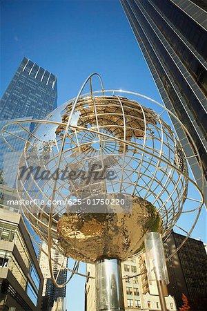 Vue angle faible sur un globe à Columbus circle, Manhattan, New York City, New York State, USA