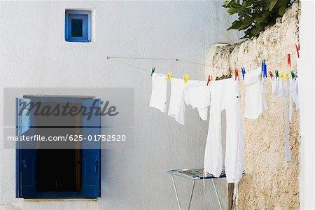 Étendoir à linge sur une corde à linge, Mykonos, Iles Cyclades, Grèce