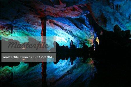 Réflexion des roches dans l'eau, grotte de sept étoiles, Guilin, Chine