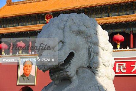 Gros plan d'une statue de lion en face d'un musée, Tiananmen porte de la paix céleste, place Tiananmen, Pékin, Chine