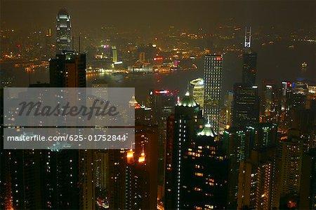 Vue grand angle gratte-ciel illuminé la nuit dans une ville, le port de Victoria, île de Hong Kong Hong Kong, Chine