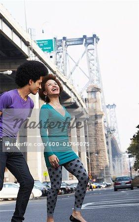 Couple marchant en plein air