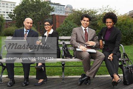 Gens d'affaires sur Park Bench, New York City, New York, Etats-Unis