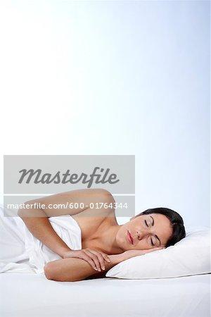 Portrait de femme dans le lit de sommeil