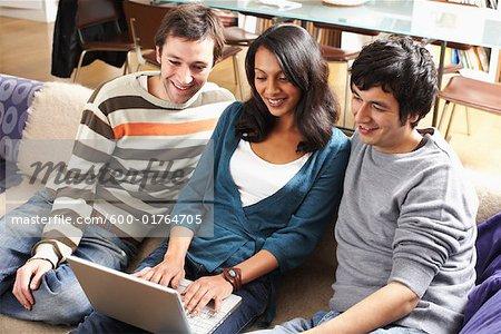 Passants regardent une ordinateur portable