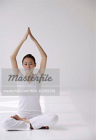 Frau Schneidersitz Sitzen Auf Boden In Yoga Haltung Mit Arme Uber