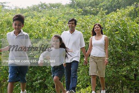 Une marche en famille dans le parc