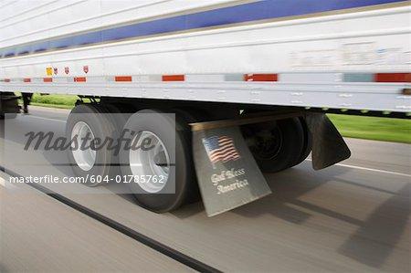 Roues de 18 wheeler telle qu'elle se déplace sur la route