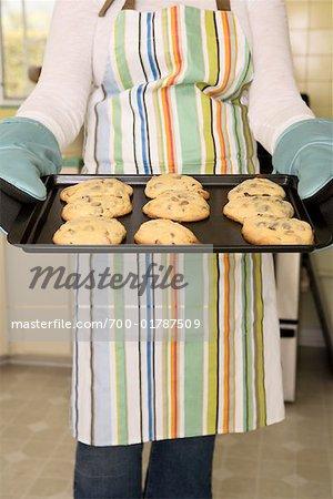 Frau hält Tray der frisch gebackene Kekse