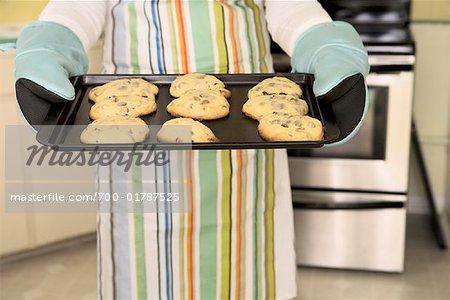 Person, die Tray der frisch gebackene Kekse