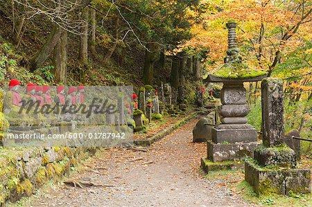 Statues et voie, Narabjizo, Nikko, Honshu, Japon