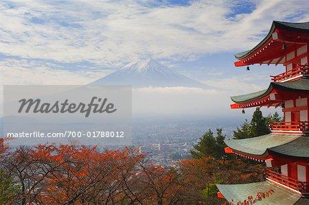 Tempel von Shimoyoshida und Mount Fuji, Fujiyoshida, Chubu, Honsu, Japan