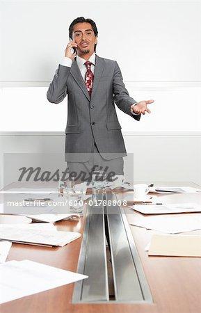 Homme d'affaires au désordre Table salle de réunion