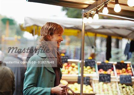 Femme riant au marché en plein air