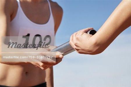 Athlètes en passant une Baton de relais