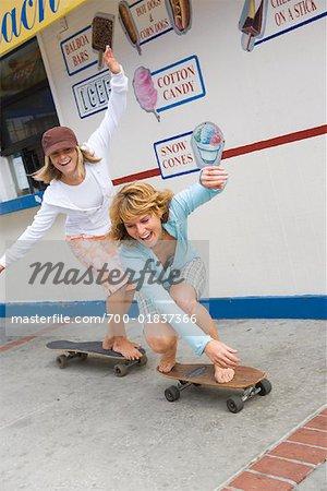 Frauen, die Skateboardfahren, Newport Beach, Orange County, Kalifornien, USA