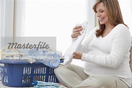 Femme enceinte faisant la lessive