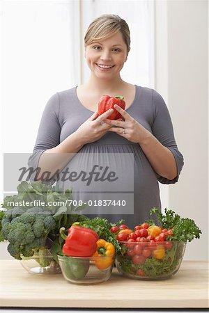 Femme enceinte avec des légumes