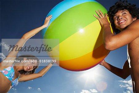 Enfants jouant avec ballon de plage