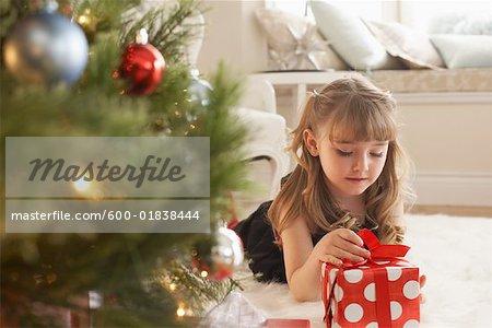 Fille ouvrir les cadeaux de Noël