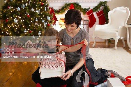 Mutter und Tochter, die Umhüllung Weihnachtsgeschenke