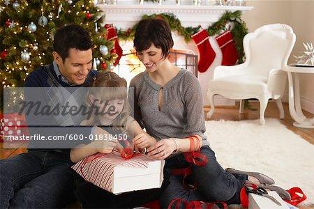 Eltern und Tochter Verpackung Weihnachtsgeschenke