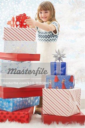 Jeune fille entourée de cadeaux de Noël