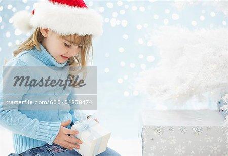 Jeune fille tenant le cadeau de Noël