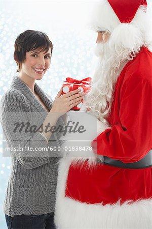 Santa donnant le cadeau pour femme