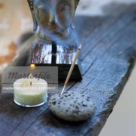 Nature morte de tête de Bouddha, bougies et encens