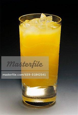 Ein Glas Orangensaft mit Eis
