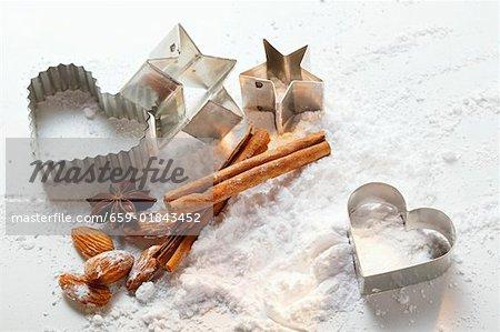 Coupeurs de biscuit et ingrédients de cuisson